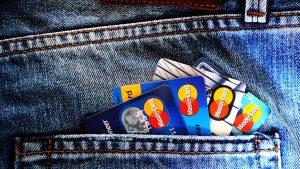 Veja as diferenças entre um cartão de crédito ou um cartão de débito