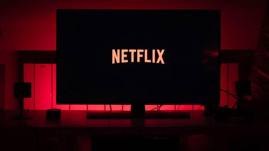 A Netflix disponibiliza imensas séries e também filmes para assistir multiplataforma
