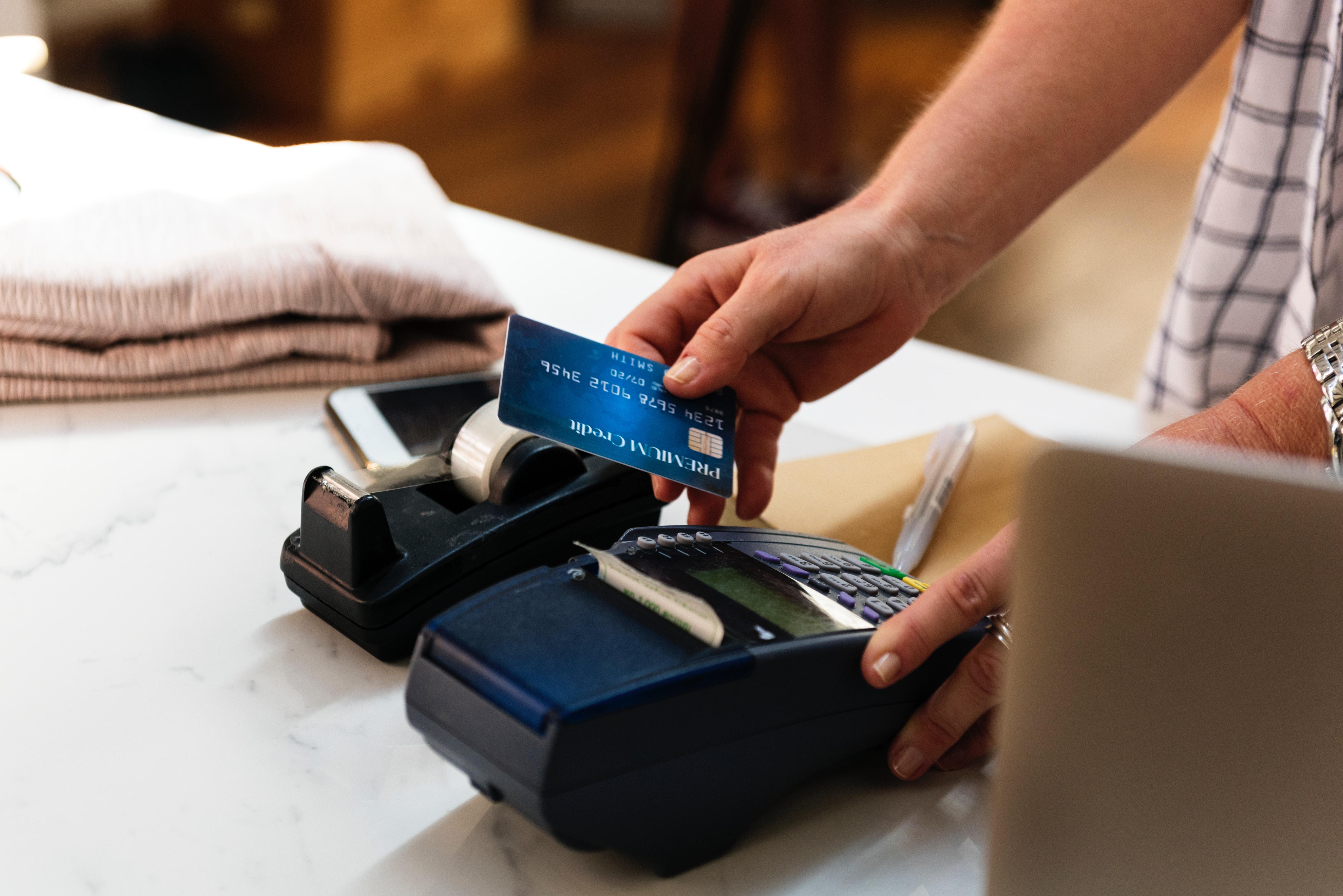 Precisa de fazer compras online e não sabe como? Veja como escolher o seu primeiro cartão de crédito