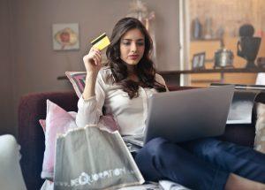 Adolescente a fazer compras online