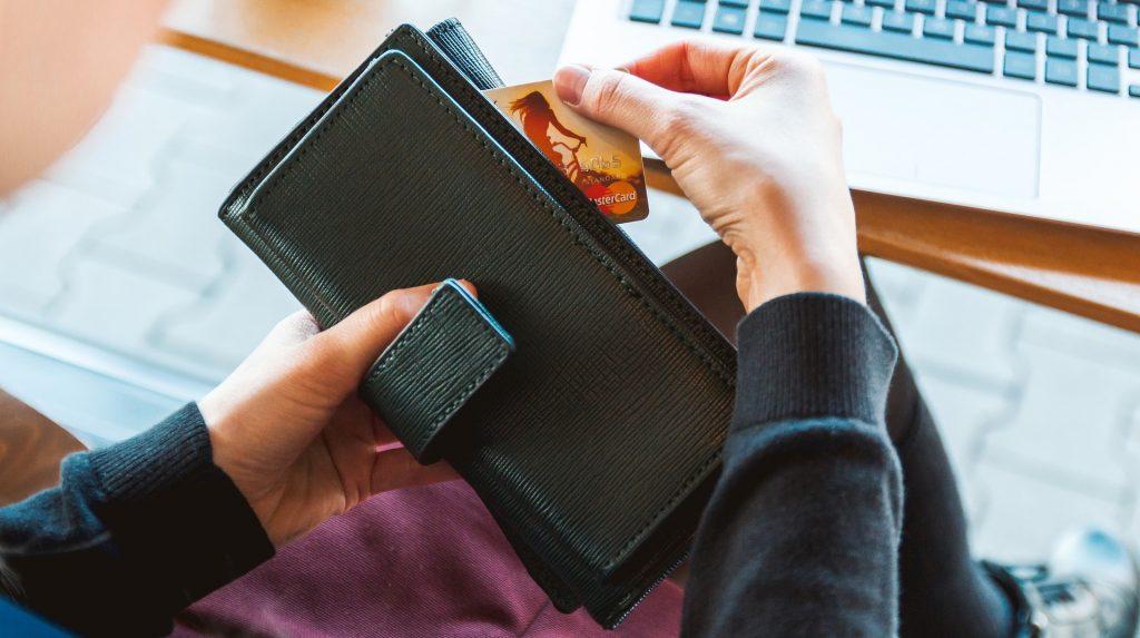 Mulher a retirar o cartão da carteira