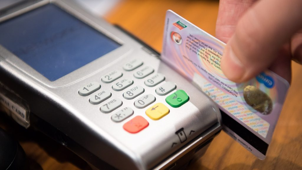 Pessoa a pagar num multibanco