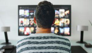 Indivíduo a ver televisão