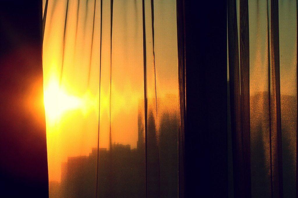 Aproveitar a luz solar e usar de forma inteligente as persianas e cortinados reduz os gastos de energia